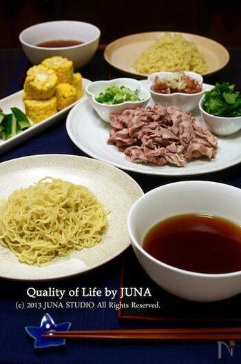 一緒にしゃぶしゃぶも楽しめる和風つけ麺です。しゃぶしゃぶ肉の茹で汁を使うので、コクがある和風スープを味わえます。薬味も色々揃えて楽しんでみましょう。