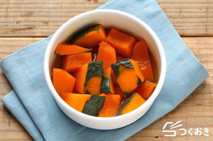 あと一品欲しいときや、お弁当の彩りにピッタリのかぼちゃ。かぼちゃ、白だし、みりん、砂糖で作る甘くて風味のよい煮物は、冷めても美味しく、調理時間も15分ほどで、冷蔵で5日ほど保存できるので、冷蔵庫から出してすぐに副菜として出したり、お弁当に入れたりできて便利。