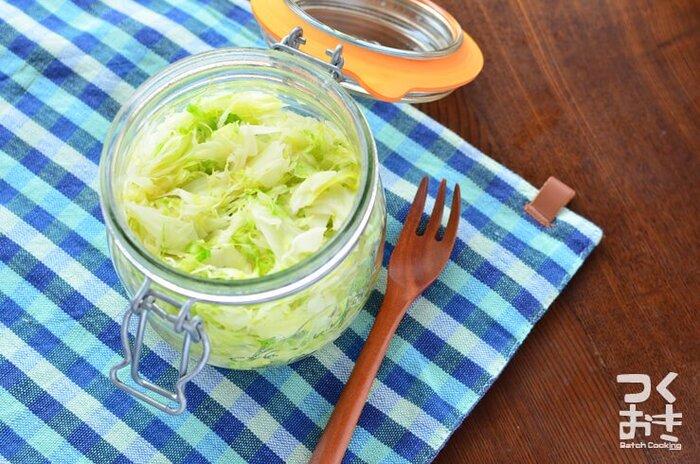 淡いグリーンがさわやかなキャベツも常備采やお弁当の彩りやすき間埋めに大活躍してくれます。こちらのコンソメ味が美味しいキャベツの常備采は、耐熱ボウルにカットしたキャベツを入れたら、熱湯をかけて三分置いて水気を切ったら調味料で味付けするだけ♪しかも冷蔵庫で4日ほど保存がきく簡単時短レシピです。