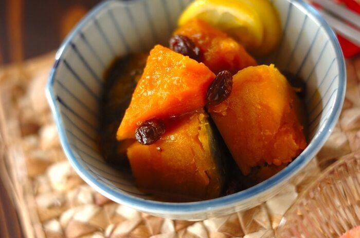 かぼちゃとレーズンを、ハチミツ、レモン、醤油、みりんで煮た煮物。夏野菜のかぼちゃですが、冬至にいただくことから、冬の煮物のイメージが強いけれど、かぼちゃのやさしい甘さの中にレモンのさわやかさが漂う煮物は、暑い季節の常備采としても美味しくいただけそう。