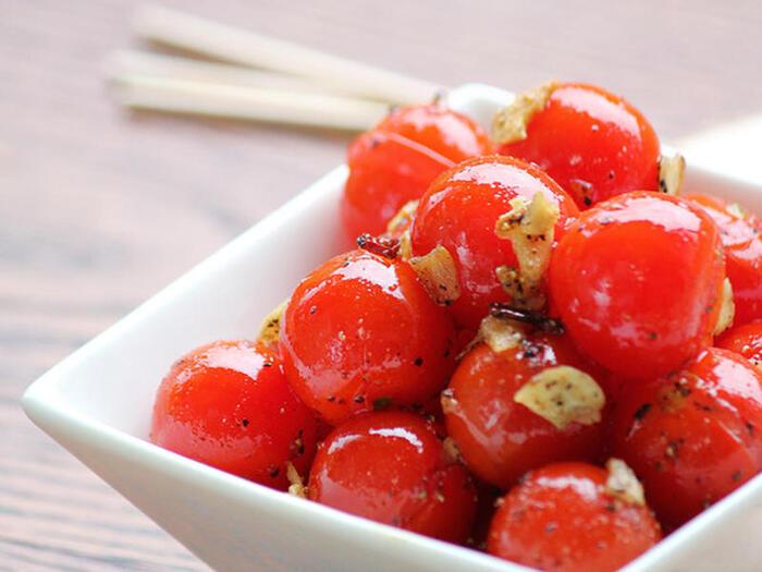 ミニトマトをニンニク、オリーブオイル、鷹の爪と炒めておつまみやお弁当にピッタリの一品に。ニンニクは乾燥させたスライスや、ガーリックパウダーなど、スーパーマーケットで気軽に購入できるタイプでもOK。ニンニクの香りが食欲をそそるおつまみは、つい食べ過ぎて翌日のお弁当のぶんがなくなってしまうかも。
