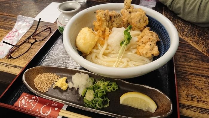 阪急三番街にある「うどん兎麦」。もちもちしたうどんに大ぶりの鶏天でボリューム的にも大満足です。その上、うどんは1.5倍まで大盛サービスあり!