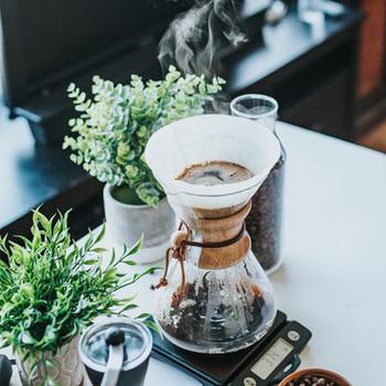 朝の習慣にはもちろん、在宅ワークのおともや気持ちの切り替えにも欠かせない一杯のコーヒー。豆を挽き、お湯を沸かしてドリップする…そんな一連の動作にも、心をすっきり落ち着かせてくれる素敵な効果があります。