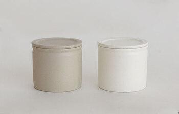 容器にちょっと水気が入って、塩が固まってしまった…ということ、誰もが一度は経験していますよね。こちらの塩壷は吸水・放湿性に優れていて、中の湿度を一定に保ってくれるので塩をサラサラの状態で保存することができます。