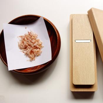 こちらの「かつおぶし削り」は、キッチンの引き出しに収まるコンパクトなデザインが嬉しいポイント。使い込んでいくうちに変化する味わい深い色合いは、道具としての愛着も増していきます◎