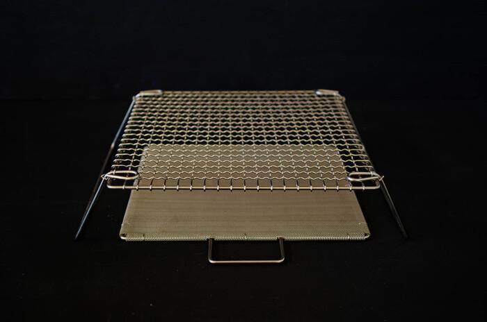 続いては、気軽に網焼き料理が楽しめる商品をご紹介♪こちらは家庭のガスコンロの上に置いて使える「足付き焼き網」です。