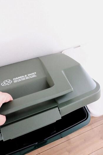 ゴミ箱が使いやすいと、ゴミの分別がスムーズになります。もしあなたのお家のゴミ箱が「買いかえ時」ならば、使いやすいゴミ箱を新調するのも、検討してみる価値ですよ。  まず、匂いが漏れないように蓋付きタイプのゴミ箱を選ぶこと。ロック機能があるゴミ箱もありますが、頻繁に開け閉めするおうちゴミのゴミ箱には不向きです。  そして、併せてオススメしたいのが、気軽にさっと捨てられる「片手で開閉できるゴミ箱」か、「足踏みで開閉できるゴミ箱」です。