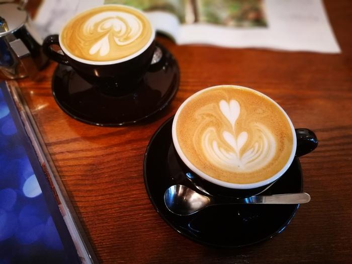 お店でいただくなら、エスプレッソベースのカフェラテを。こだわりのコーヒーのおいしさと居心地のよさ、そして気持ちのいい接客に繰り返し通う人も多いお店です。