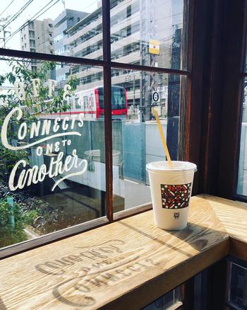 中目黒店の窓辺には光があふれるカウンターがあり、窓の外にはのんびり走る電車の姿が。いつかこの席でコーヒーを味わってみたくなります。