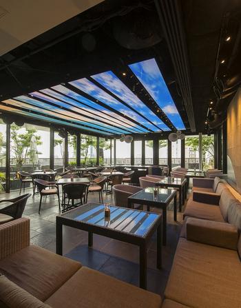 南国リゾートのようなテラス席があるイタリアンレストラン。ハービスPLAZA ENTの7階にあり、見晴らしがいいので開放的な雰囲気です。
