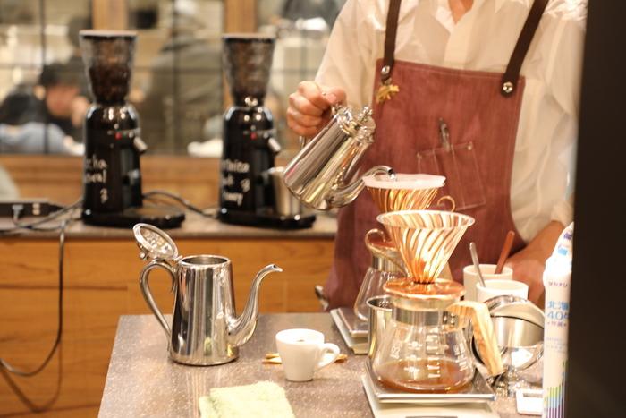 札幌で美味しいスペシャルティコーヒーを求めるなら、外せないお店が丸美珈琲店。コーヒーの「果実」としてのフルーティーさを感じる香り立ちや上質な酸味、雑味のないクリーンな風味など「コーヒーってこんなにおいしいんだ!」という嬉しい驚きを感じさせてくれます。