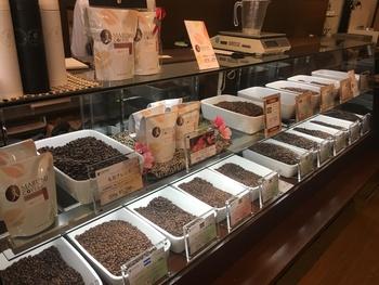 こだわりの珈琲豆は、世界的なコンテストで受賞を重ねるオーナーが、自ら産地を訪れて買付けしています。オンラインショップにも常に新しい豆が並んでいて、味の好みやコンテスト受賞豆などカテゴリーでコーヒー選びを楽しめます。毎月のおまかせ定期便「丸美珈福便」もありますよ。