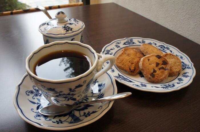 札幌の中心部にある本店をはじめ、カフェやコーヒースタンド、豆の対面販売など形態の異なる4店を展開しています。本店では香り高いコーヒーと焼菓子などを一緒に楽しめます。