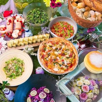 人気のブッフェランチ。サラダやマリネ、ローストポーク、キッシュ、スープなど様々な料理が2時間楽しめます。デザートには自分でパフェを作ることもできますよ。
