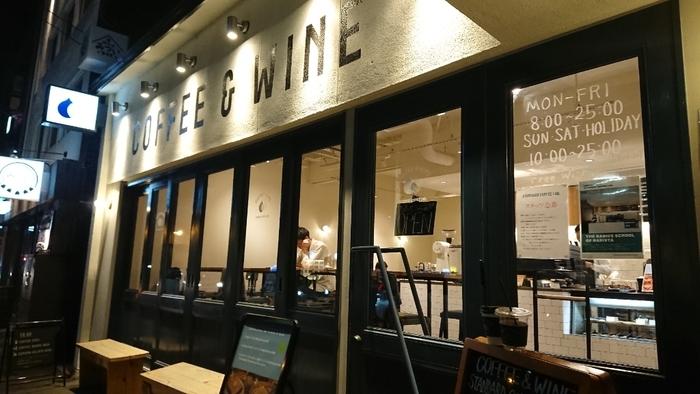 すすきのの「COFFEE&WINE」は文字通りお酒も楽しむことができる店。深夜1時まで営業しています。ガラスの窓から漏れる光に誘われて、映画や観劇の帰り、女子会の〆などに寄りたくなるお店なんです。