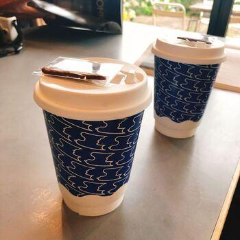 シンプルで可愛らしいツバメの図案が店内のあちこちに。オリジナルのコーヒー缶やてぬぐいなどのグッズもあります。オンラインショップでチェックしてみてくださいね。