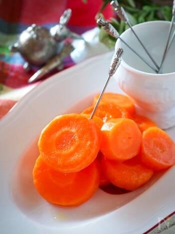 鮮やかでツヤツヤとして見るからに美味しそうなニンジンのグラッセ(バター煮)。ニンジンさえあれば、後はお家にあるバター、砂糖、塩出簡単にレンジで作れます。美味しく手早く作るポイントは、あらかじめニンジンにお砂糖をまぶして水分を出すこと。その後、レンジで加熱することで味が馴染み、美味しく色鮮やかな仕上がりに。