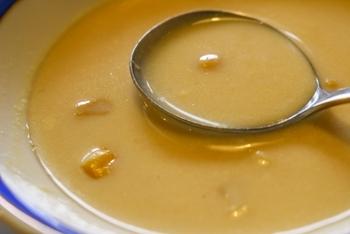 季節に関わらず、温かい食事は体も心も温めてくれます。体を温めると新陳代謝も上がりますが、ストレスがたまってイライラする時にも効果的です。  たとえば、お菓子を食べるよりも一杯の温かいスープを口にする方がより気持ちが落ち着くこともあります。意識して温かいメニューを選んで、ゆったりとした時間を過ごしてみましょう。