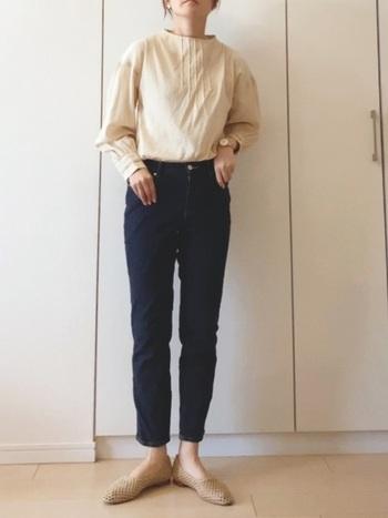濃色デニムは今っぽさ満点。春らしさを出すためには、軽やかな雰囲気のトップスを選ぶことが大切です。女性らしさが出る白ブラウス×ジーンズは、春のカジュアルなレディースコーデにピッタリ!