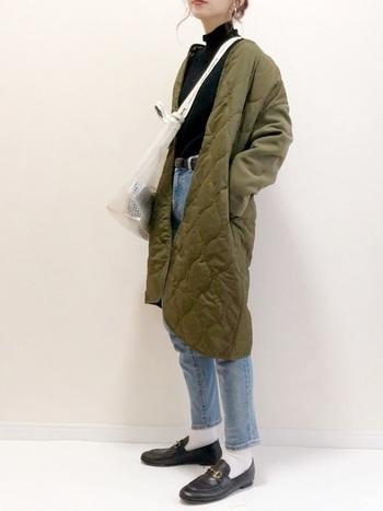 どうしても暗い色が増える秋以降のコーデ。淡色のジーンズは白小物を取り入れるだけで、ぐっと軽やかに見えますね。