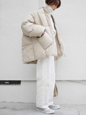 レディースコーデの中でも毎冬流行るオールホワイト。ホワイトジーンズならほどよくカジュアルに。ジーパンのカジュアルさと都会的な印象が合わさった絶妙コーデです。