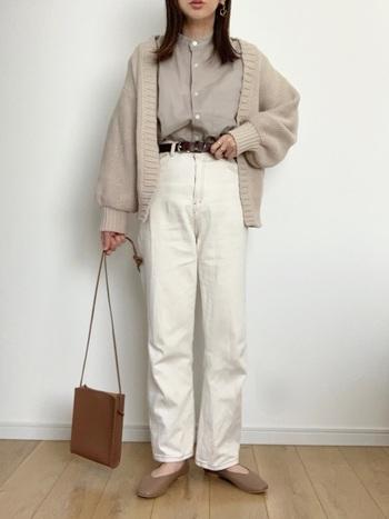 秋レディースコーデの定番になりつつあるラテカラーに変化をつけるなら、断然ピュアなホワイト。白ボトムスもジーンズなら取り入れやすいですね。
