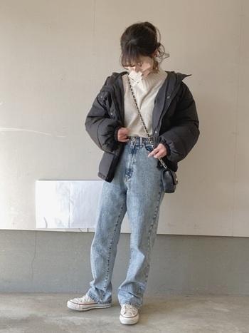インディゴのストレートジーンズはかなり流行したこともあり、一人一本は持っているのでは?もし冬に2本目を買うなら、ぜひ淡色デニムを選んでみて。今どきかつ、重くなりがちな冬コーデを軽やかにしてくれる万能アイテムです♪