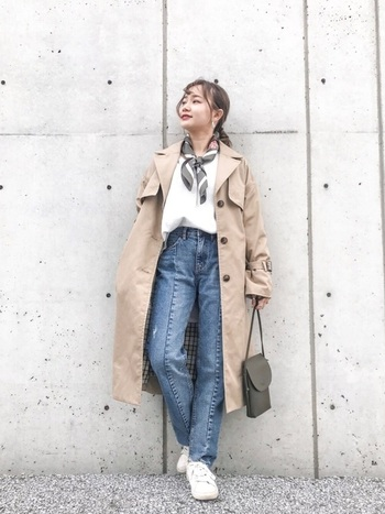 トレンチ×ジーンズはきれいめカジュアルの代名詞ともいえるほど定番のコンビ。ジーパンの形や小物で今っぽさをプラスして。
