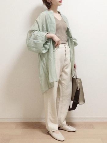 レディースファッションの中で今大注目のミントカラーを使ったコーデ。パステルカラーはホワイトのハイウエストジーンズと相性ぴったりです。