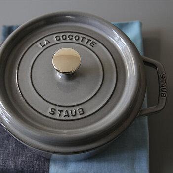 憧れの調理道具といえば、こちらの「ストウブ」を思い浮かべる方も多いかもしれません。和食、洋食を問わず食材の旨みを活かしたお料理ができる人気の商品です。