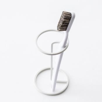 「bath wire series」で二つ目のおすすめは、歯ブラシスタンドです。歯ブラシを入れるのではなく、うがい用のコップを逆さまにしてかけておくこともできます。必要最低限のワイヤーで、機能的に作られているところが素晴らしいですね。歯ブラシを立てかける方向を決めておけば、二本入れておくことも。一人分ずつ、横に並べておくのもスタイリッシュです。