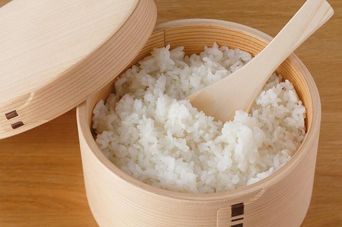 おひつに入れたお米は、ふっくらモチモチ。浅型なのでご飯をよそいやすく、洗った後の乾きも早いです。