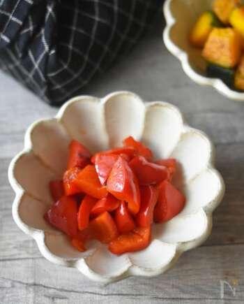 単色でも鮮やかな色合いが食卓を華やかにしたり、お弁当の彩りとして活躍したりするパプリカ。こちらはパプリカ、バター、塩こしょうだけで作れる炒め物。冷めても美味しいのでお弁当にもピッタリ。または炒めた後、クリームチーズと和えておつまみとして出すのも美味しい、簡単でアレンジがきくレシピです。