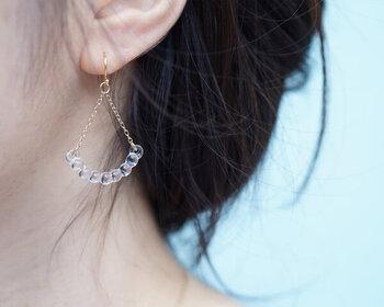 女性らしい繊細なデザインで、耳元で優しく揺れるガラスのピアスは、春~夏にかけてのおしゃれを、より楽しませてくれるに違いありませんね。