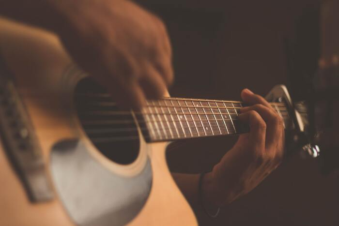 鳥取県出身のシンガーソングライター折坂悠太は、宇多田ヒカルや小山田壮平も絶賛するアーティストです。昭和歌謡のような懐かしさを感じる声質が特徴で、叙情的な詞と曲は世代を超えて愛される音楽とも言えます。