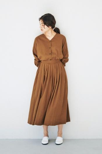 一見するとワンピースのように見えるブラウスとスカートのセットアップは、もちろん単体で着てもOKなので着回しの幅が広がるアイテムです。セットアップスタイルを主役にしたシンプルな着こなしが素敵ですね。
