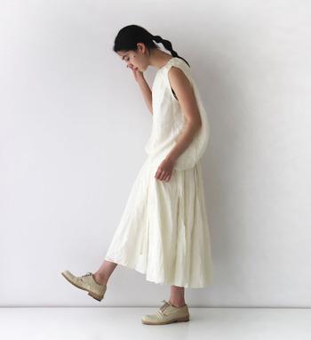 シルクを使った上質素材のノースリーブシャツとスカートのセットアップは、大人ならではの品の良さを感じるコーデです。落ち着いたツヤ感のある生地なので、シンプルな中にも洗練された都会的な着こなしが楽しめます。