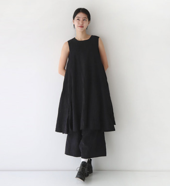 タンクトップデザインのワンピースにワイドなパンツを合わせたボリューム感のあるセットアップの着こなし。Aライン&黒の組み合わせは重たい印象になりがちですが、袖がないのでスッキリとした見た目に。タイトなカーデを羽織ってもgoodです。