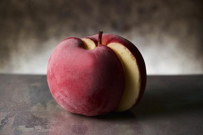 """リンゴを使ったポアールの定番「ポンム」は、青森から仕入れる大きな""""陸奥""""を使用し、スプーンでくり抜き果汁を生クリームと合わせてシャーベットに仕上げています。職人の高い技術力で見事に仕上げたシャーベットは、まさに芸術!大切な方への贈り物にしたら、きっと驚いてくれそうですね。"""