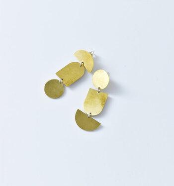 ユニークなモチーフの真鍮ピアスは、ゆらゆらと動く爽やかなアイテム。また、左右でデザインが違うのも特徴で、6つの図形が輝く、洗練されたユニークなピアスです。