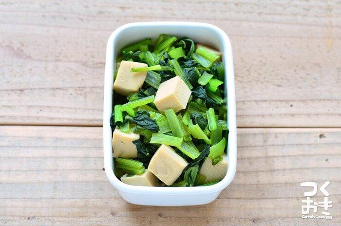 高野豆腐と小松菜のシンプルな煮物。材料も味付けもシンプルで、具材を切ったら煮汁がなくなるまで煮るだけでOK。じゅわっと煮汁が染みた高野豆腐が美味しい◎飽きない素朴な味わいは、常備菜にぴったりです。