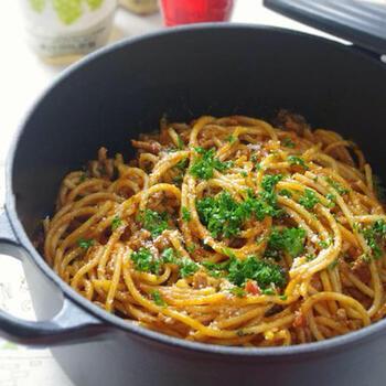 材料とスパゲティを一緒の鍋に入れて煮込むだけの超簡単なパスタレシピ。わざわざ別のお鍋でお湯を沸かして茹でる必要がないのでラクに作れます。トマトソースの味がしっかりしているので、モリモリと食べられる美味しさです。