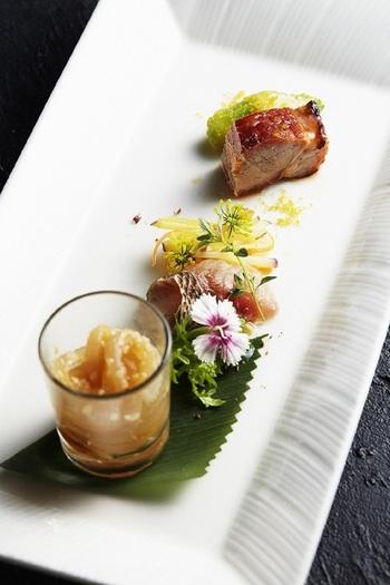 鮑や国産和牛フィレ肉、スジアラなど高級食材を使った最上のランチコースでは、その美しく洗練された広東料理を思う存分堪能できます。