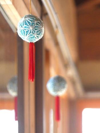 郷土玩具は和風のお部屋に似合うイメージがありますが、組み合わせや飾り方しだいではお部屋のタイプを選ばず、ちょっと個性のある雑貨として取り入れることができます。  御殿まりを並べて吊り下げるのも素敵なアレンジ方法。小さめの御殿まりをつなげてガーランドのように飾ってもおしゃれです。