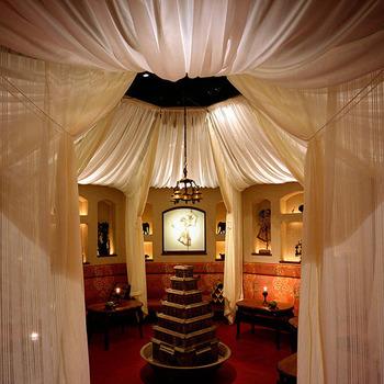 カーテンで仕切られる、丸く配置された個室の中心には噴水が。他にも個室が豊富で人数も幅広く対応しているので、デートや女子会でも人気のお店です。
