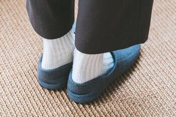 踵部分を立ち上げれば、一層足へのフィット感が上がります。リネン生地だから通気性に優れ、蒸れの気になる夏場でも快適な履き心地です。