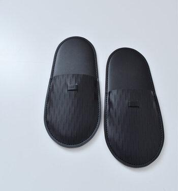 するりとしたシンプルな形と、履いていない時はペタンこになるのが面白い。持ち運びにも向いているから、旅先にも連れて行きたい。