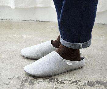 シンプルな形のルームシューズだから、男女やインテリアを問わずに使えます。さらりとした肌触りだから、素足で履いても快適です。