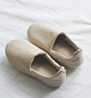 使われているのは柔らかなピッグスキンです。通気性に優れているから、ルームシューズに向いている素材。肌にしっとりと馴染んで快適な履き心地を実現してくれます。