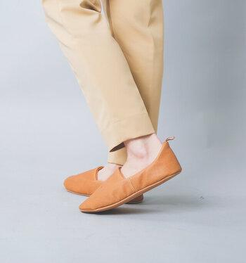かかとにストラップが付いているから、履くときの取っ掛かりになって履きやすい。底の部分には芯が入っていて、しっかりとした安定感があります。